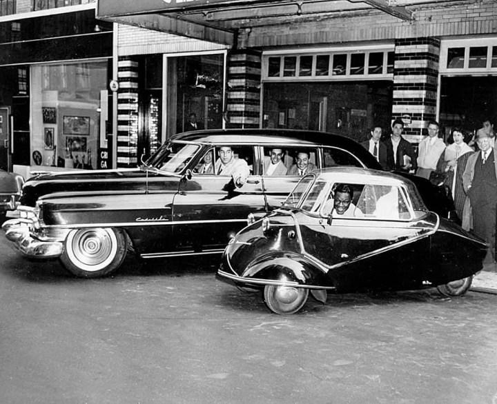 Nat King Cole en su Messerschmitt KR 200 y el resto de su banda sentados en un Cadillac