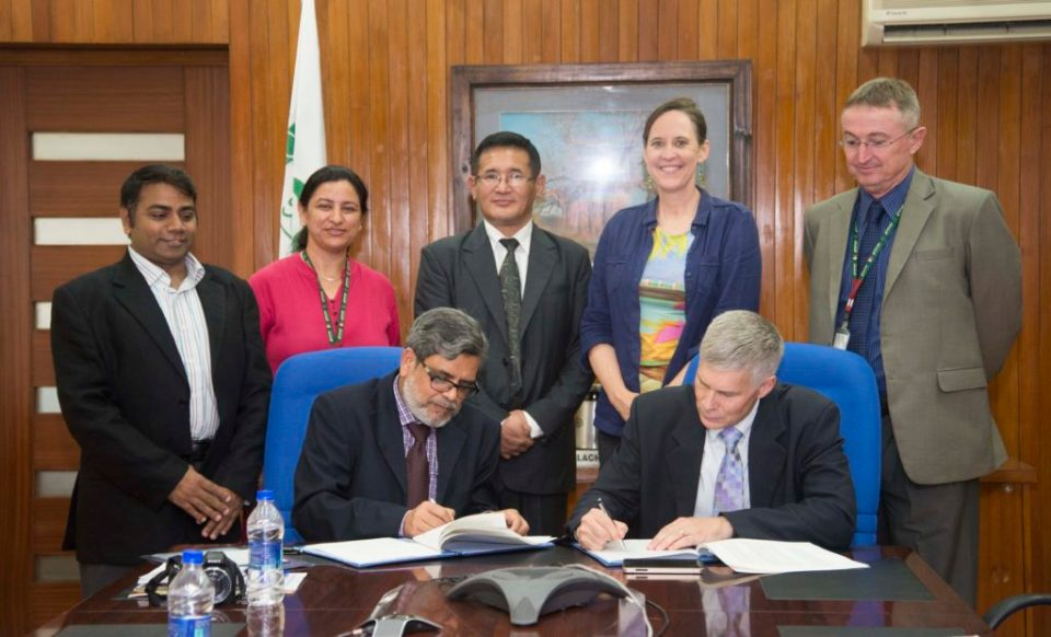 Director SAARC Agriculture Centre Dr SM Bokhtiar and ICRISAT Director General Dr David J. Bergvinson signing the signed MoU at ICRISAT headquarters in Hyderabad, India. Photo: S Punna, ICRISAT