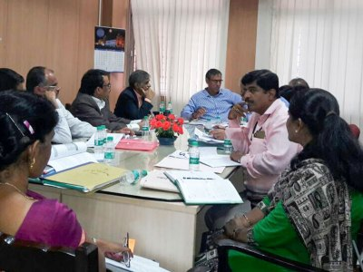 Mr Maheshwar Rao, (in blue) Secretary, Department of Agriculture, Government of Karnataka; along with Dr Sreenath Dixit (to his right), Head, ICRISAT Development Center, ICRISAT at the meeting in Bengaluru in June 2018. Photo: Dept of Agriculture, Karnataka.