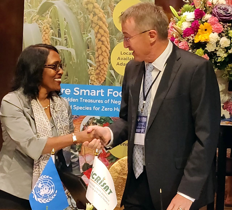 Drs Kundhavi Kadiresan, Assistant Director General Asia Pacific, FAO, and Peter Carberry, Director General, ICRISAT at the signing in Bangkok.