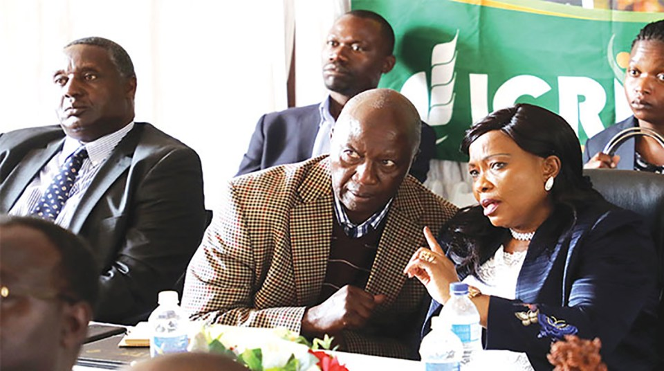 (Right Photo) First Lady of Zimbabwe, Ms Amai Auxillia Mnangagwa, in conversation with Mr Basil Nyabadza, President of Small Grains Producers' Association. Also in picture is Dr Moses Siambi. Photo: Eliah Saushoma, Zimbabwe Broadcasting Corporation