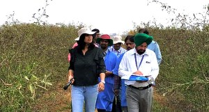 Dr Anupama Hingane, Scientist, Pigeonpea Breeding, ICRISAT, with participants during the field day. Photo: ICRISAT