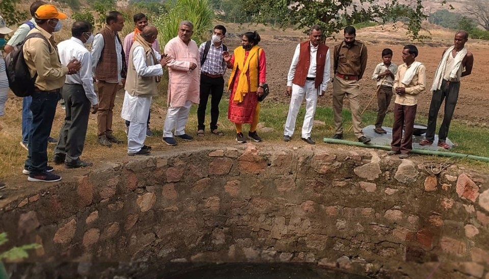 Delegates witnessing the increased groundwater level in the open well at Pura Birdha village, Lalitpur, Uttar Pradesh. Photo: S Kumar, ICRISAT
