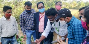 Demonstration of Plantix App in Singari village, Rayagada district. Photo: ICRISAT Development Center