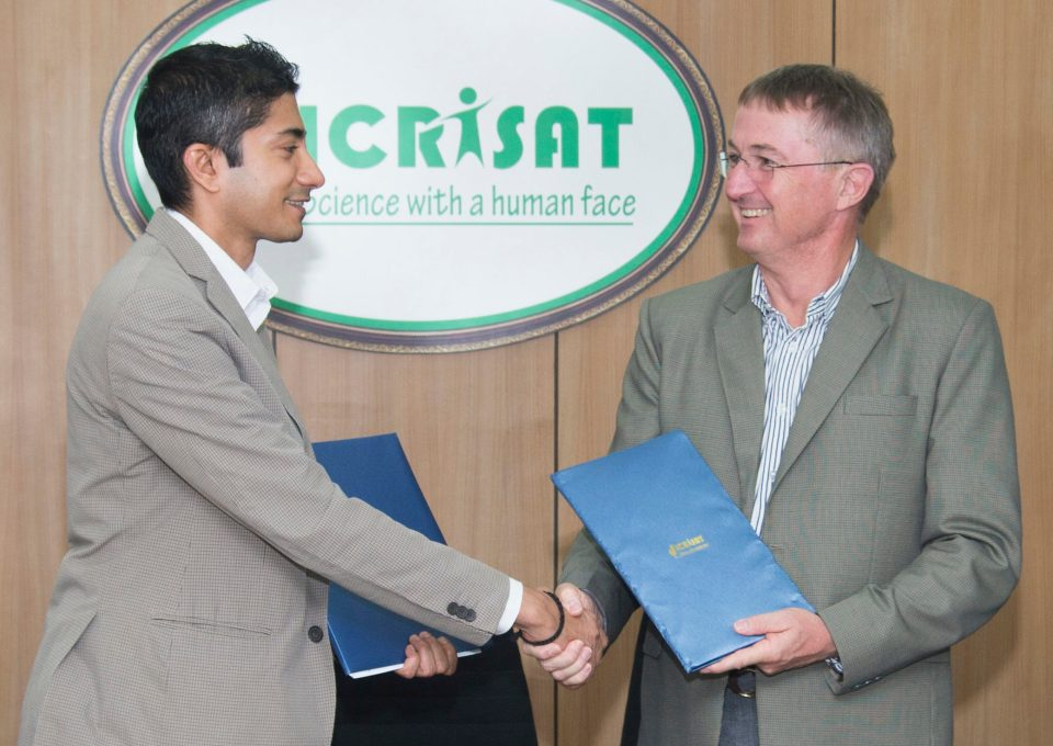 Mr Jay Krishnan, Chief Executive Officer, T-Hub, Hyderabad (left) and Dr Peter Carberry, Deputy Director General for Research, ICRISAT exchanging a signed MoU today at ICRISAT headquarters in Hyderabad, India. Photo: Srujan Punna, ICRISAT
