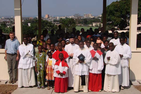 sortie de Messe avec l'abbé Bivouli
