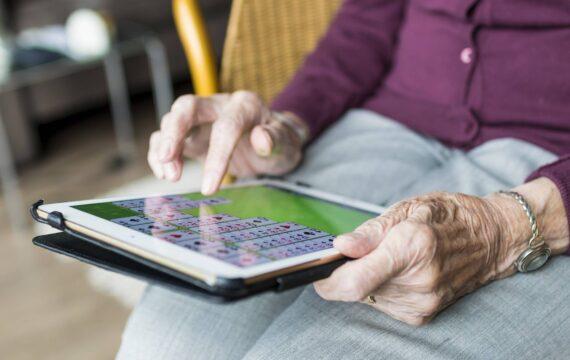 Slechts weinig senioren zijn bekend met e-health toepassingen. Hoe ouder, hoe minder positief ook over digitale zorgtoepassingen.