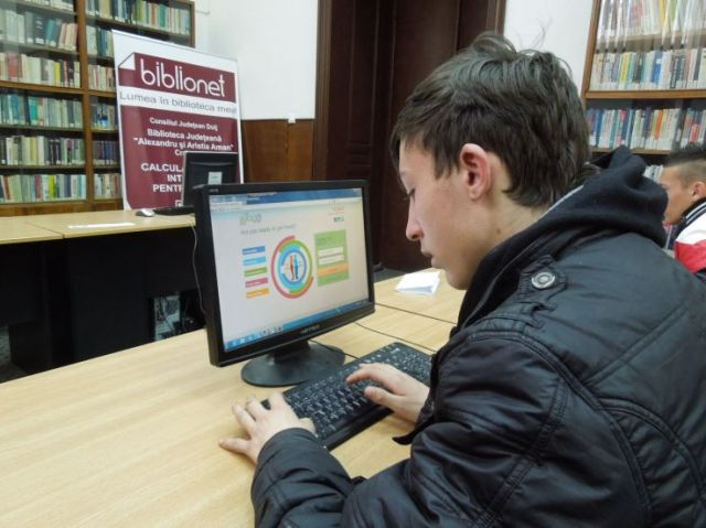 Youngster completing Skillage application_telecentre Craiova