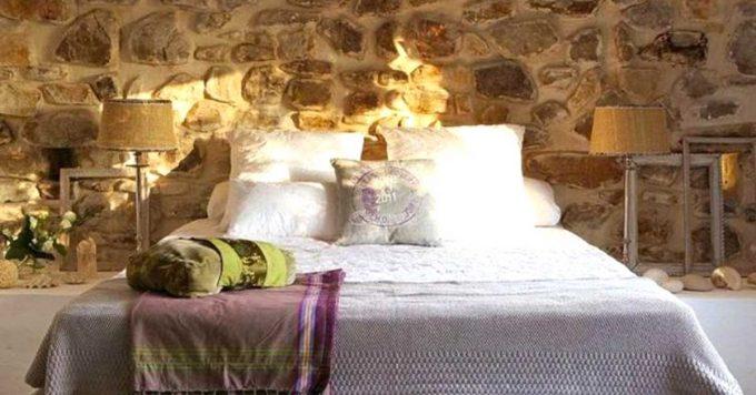 Decorare una parete con le pietre in camera da letto 20