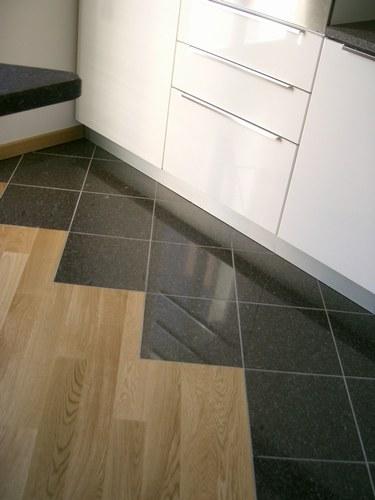 Rinnovare il pavimento con le piastrelle adesive Vantaggi