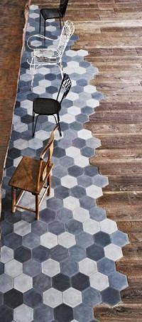 pavimento industrial chic piastrelle blu e legno arredo bagno
