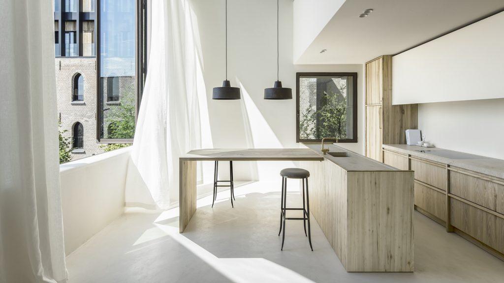 La resina pareti è particolarmente indicata per rivestire le pareti del bagno, box doccia, cucina, conferendo continuità ed estrema. Rinnovare Il Top Cucina Con Il Microcemento Ideal Work