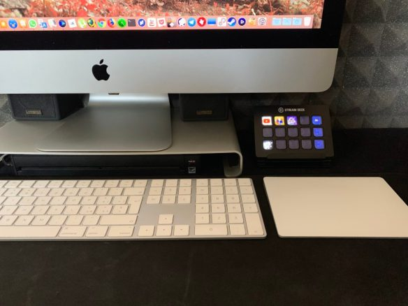 la mia scrivania con il mac e lo stream deck