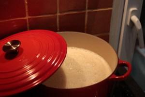 Lait de soja maison dans une cocotte