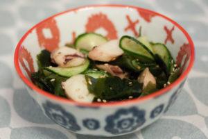 bol de salade de concombre et wakame