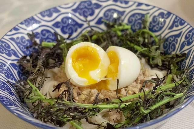udon tièdes au porc et à la mizuna