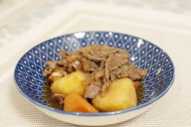 nikujaga ragoût japonais de boeuf et pommes de terre