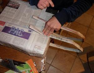 fissare i manici di carta arrotolata al regalo