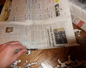 costruire manici borsa con fogli di giornale