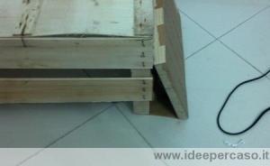 fissare una tavola inclinata alla base della cassetta di legno