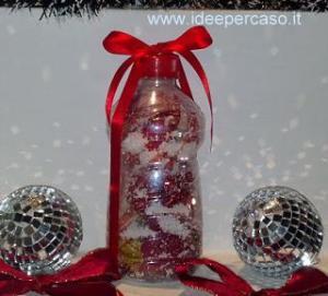 mettere un regalo in una bottiglia di plastica