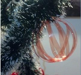 pallina filante per l'albero di Natale ottenuta riciclando una bottiglia di plastica