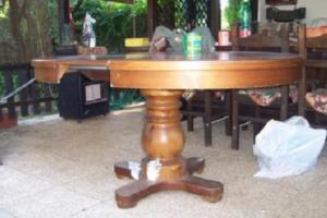 tavolo rotondo di legno vintage