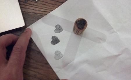 timbro realizzato con tappo di sughero a forma di cuore