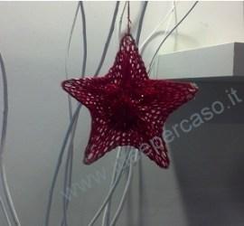 stella natalizia fai da te con filo di ferro e calza rete rossa