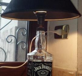 lampada con bottiglia di vetro di jack daniels