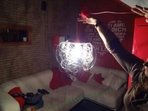 lampadario con bottiglie di plastica