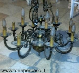 vecchio lampadario di ottone