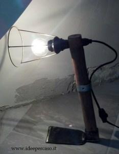 upcycling di una vecchia zappa da girdino trasformata in lampada di ecodesign.