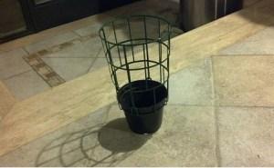 vaso di plastica con rete di protezione per piante