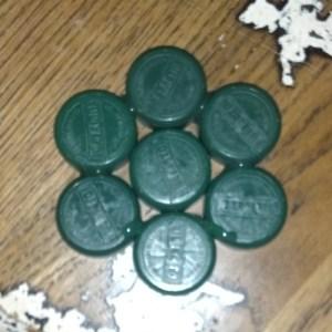 incollare sette tappi di plastica