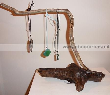 Costruire un porta collane fai da te riciclando i legni del mare - Porta collane fai da te ...
