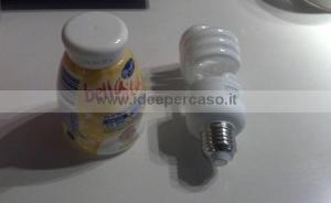 barattolo di plastica e lampadina usata