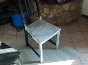preparazione della sedia di legno con fondo di cementite