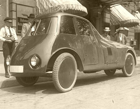 Automobilul lui Perşu are roţile în interiorul caroseriei, faţă de maşinile din epocă