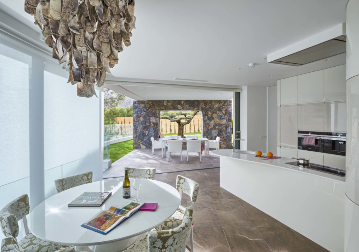 Modern Mediterranean Home Inspired by Its Physical and ...