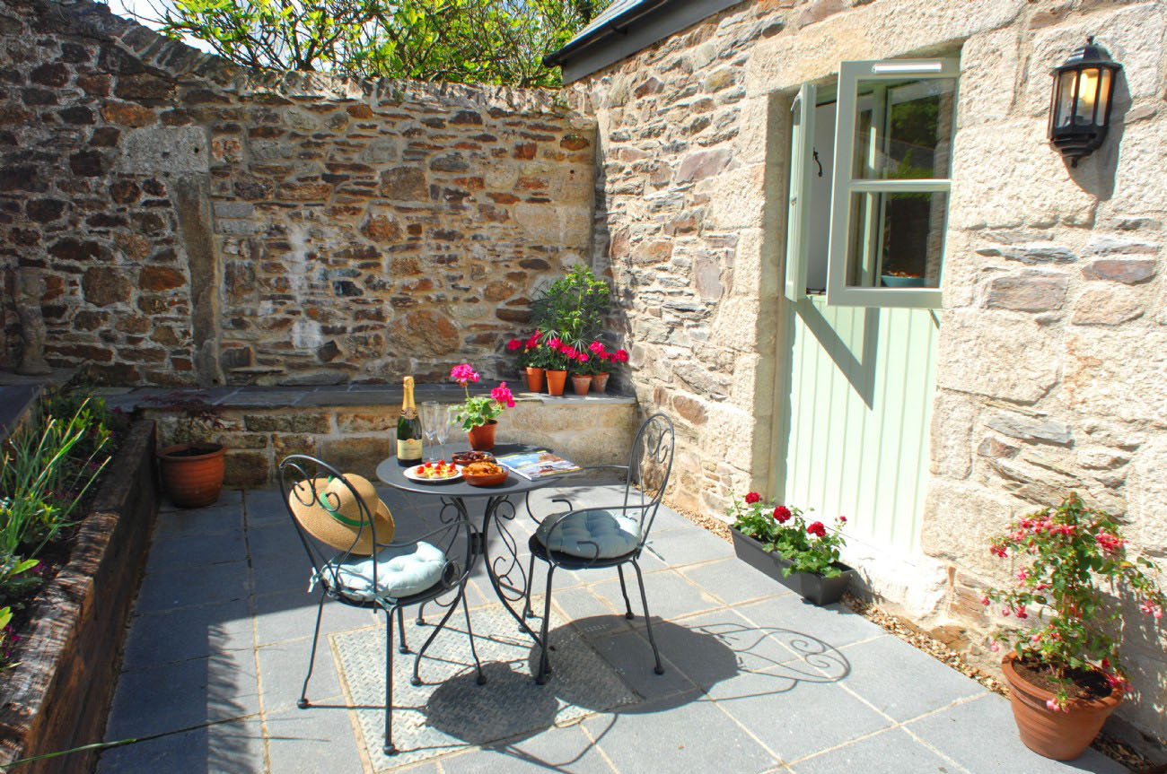 cottage style chairs chair cup holder an idyllic in the cornish countryside | idesignarch interior design, architecture ...