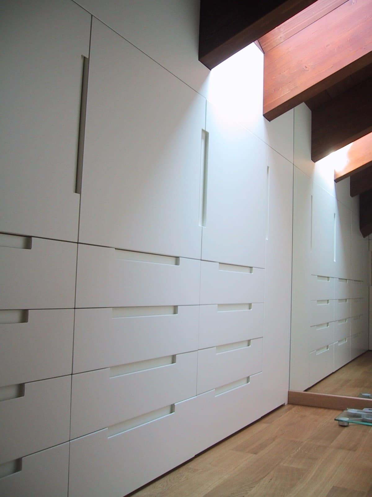 Armadio in legno laccato bianco per mansarda  IDFdesign