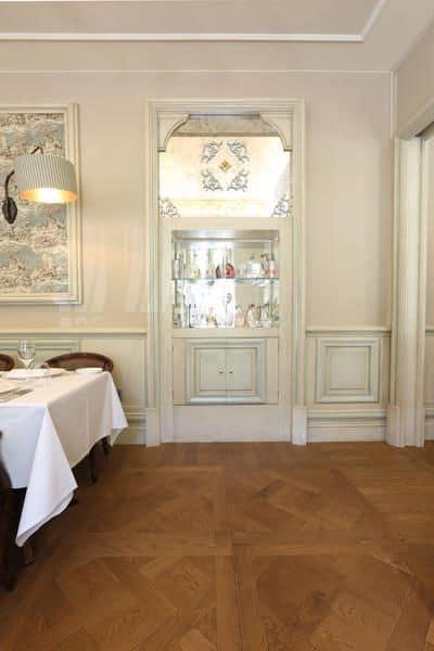Boiserie laccata bianca preziosi intagli creati artigianalmente per hotel e ville prestigiose