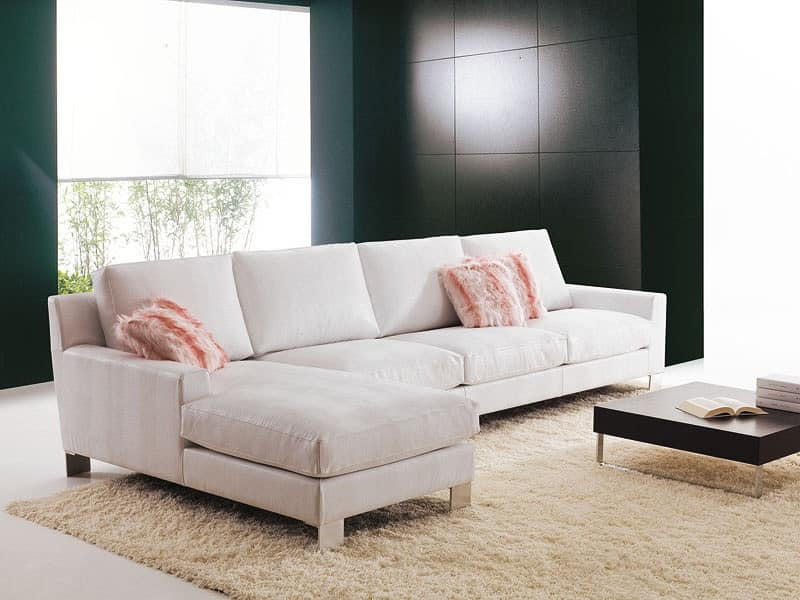 Confortevole divano da salotto con isola su misura