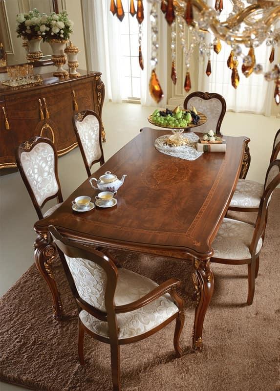 Prezioso tavolo in legno decori applicati a mano da maestri artigiani per la sala da pranzo