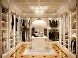 Begehbarer Kleiderschrank im klassischen Stil, luxuriös ...