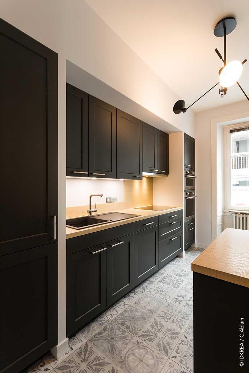 kitchen and mixer island with range cuisine noire et bois - projet de rénovation à rennes ...