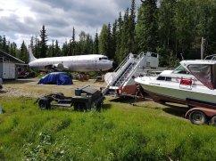 On se demandait ou étaient passés les avions de Swissair. Au bord d'une route en Alaska.