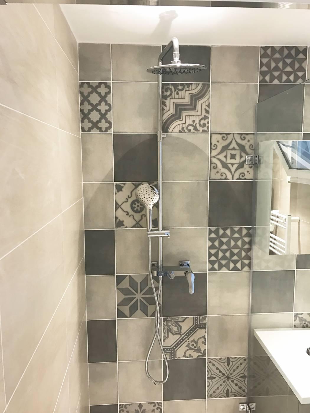 Salle de bains mix carrelage imitation carreaux de ciments