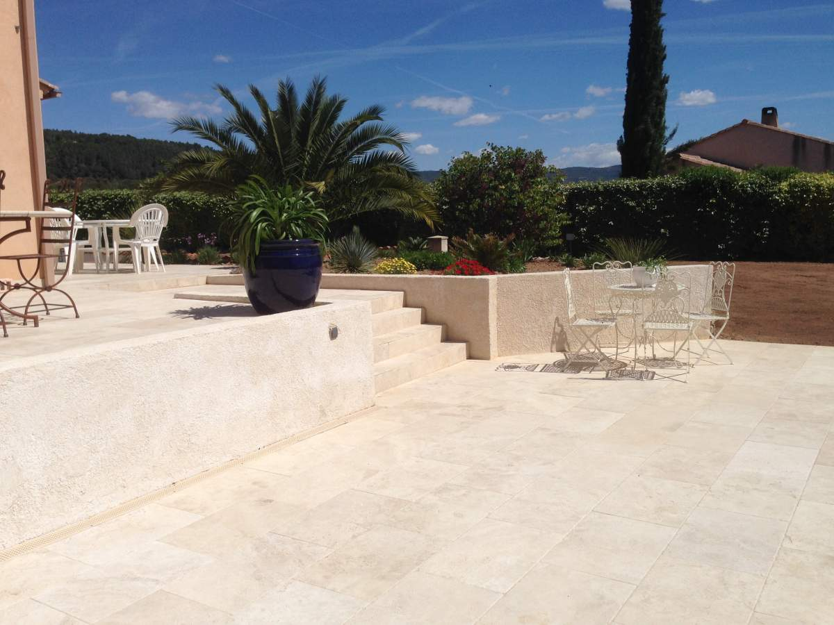 Contour de piscine  terrasse en travertin 4060 pose dcale  Carrelage intrieur et extrieur
